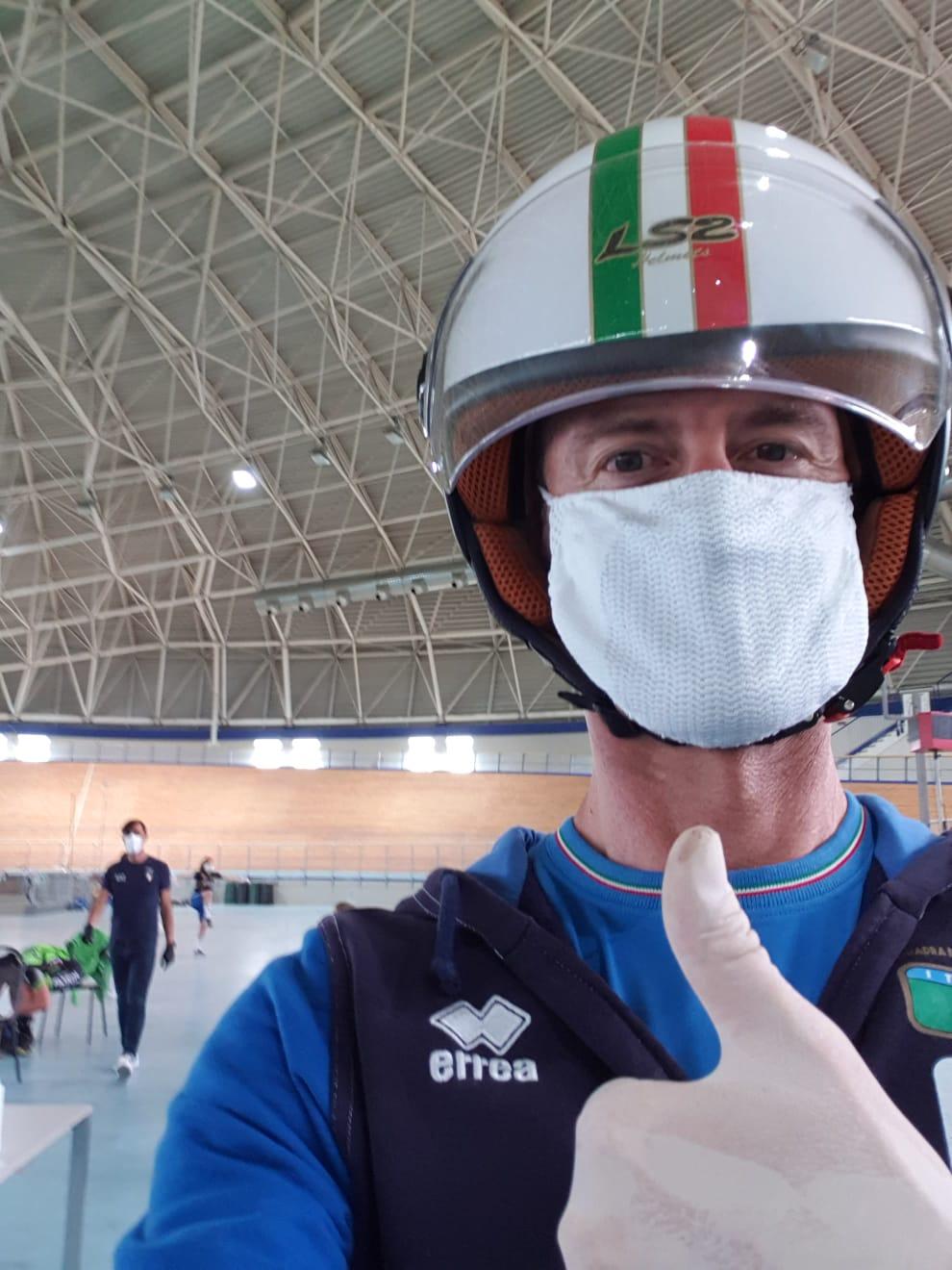 Il CT Edoardo Salvoldi con tutte le protezioni al Velodromo di Montichiari