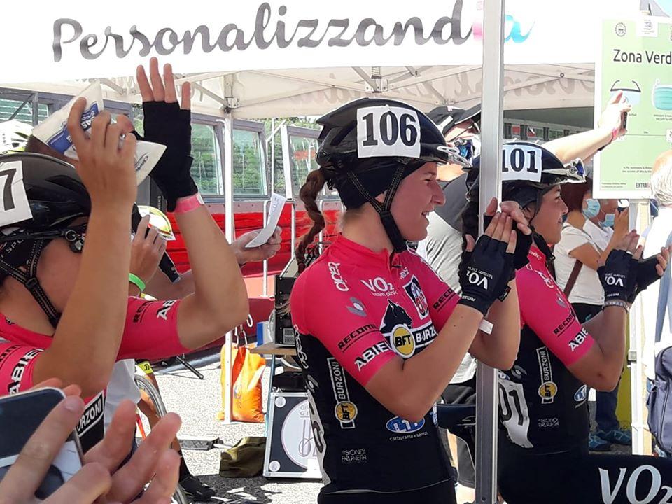Le compagne della VO2 Team Pink festeggiano la vittoria di Eleonora Gasparrini ad Imola