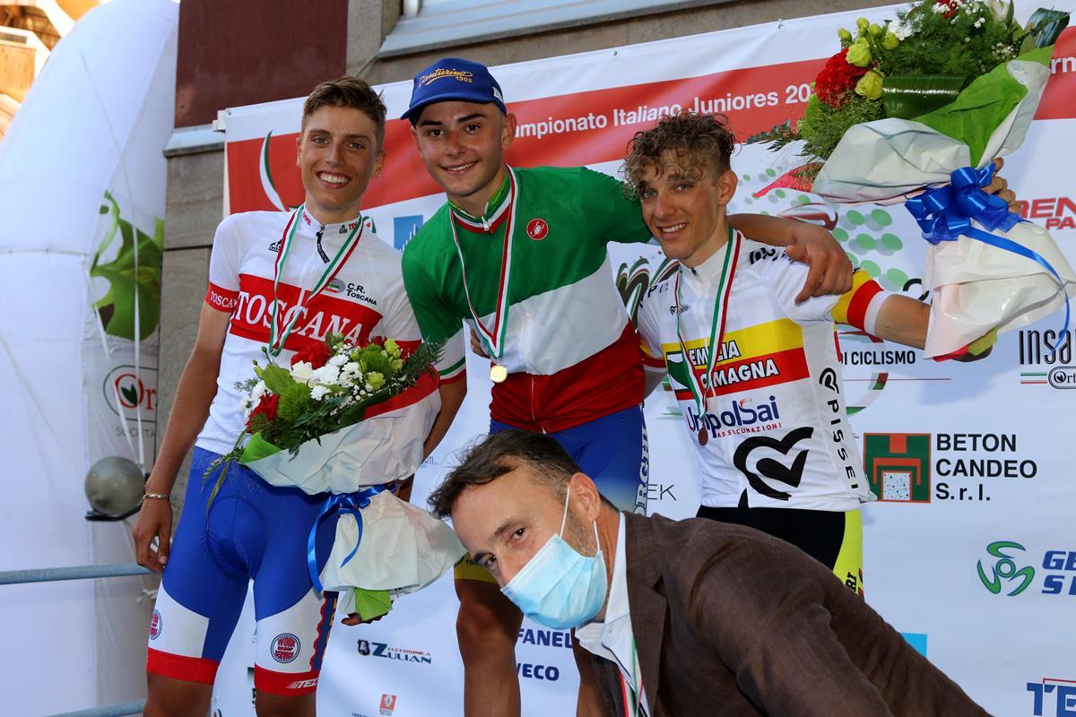 L'organizzatore Massimo Levorato con i primi tre del Campionato Italiano Juniores 2020 (foto Photobicicailotto)