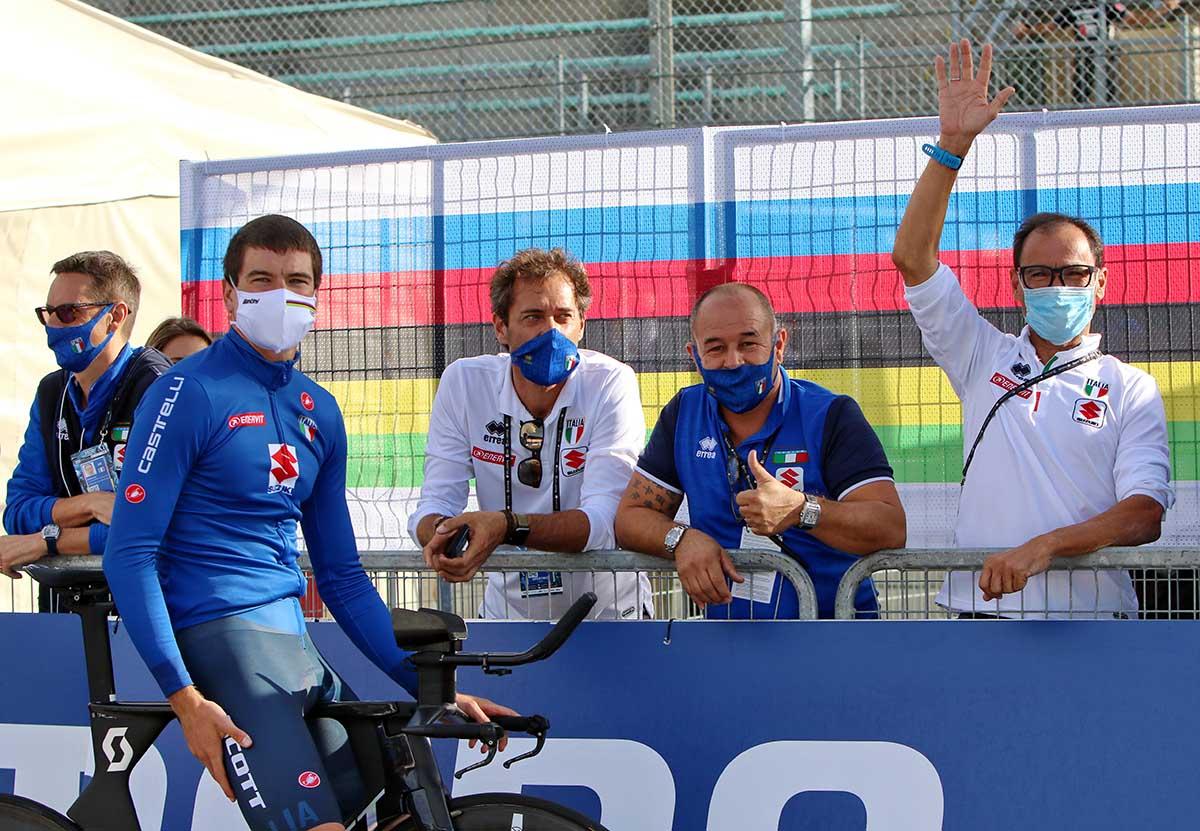 Edoardo Affini e lo staff azzurro festeggiano la vittoria di Ganna (foto Photobicicailotto)
