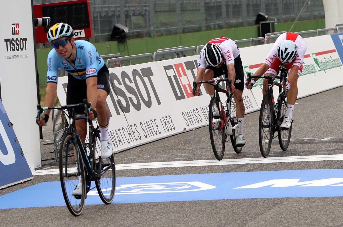 Wout Van Aert vince la volata per il secondo posto a Imola2020 (foto Photobicicailotto)
