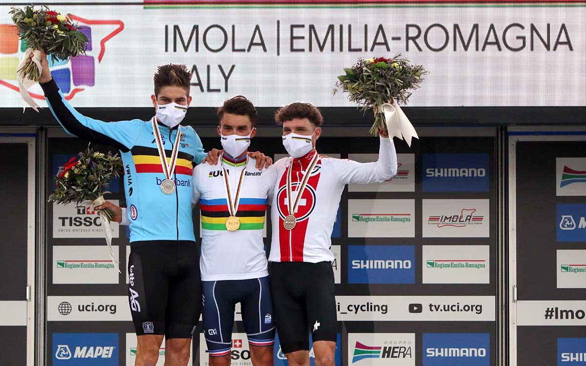 Il podio dei Campionati del Mondo su strada Imola2020 vinti da Julian Alaphilippe (foto Photobicicailotto)