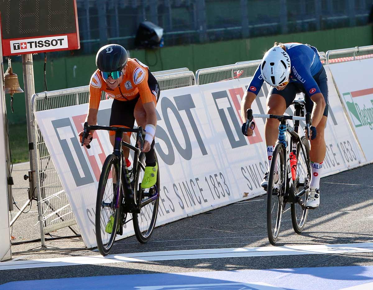La volata per il secondo posto tra Annemiek Van Vleuten ed Elisa Longo Borghini al Mondiale strada Donne Elite Imola 2020 (foto Photobicicailotto)