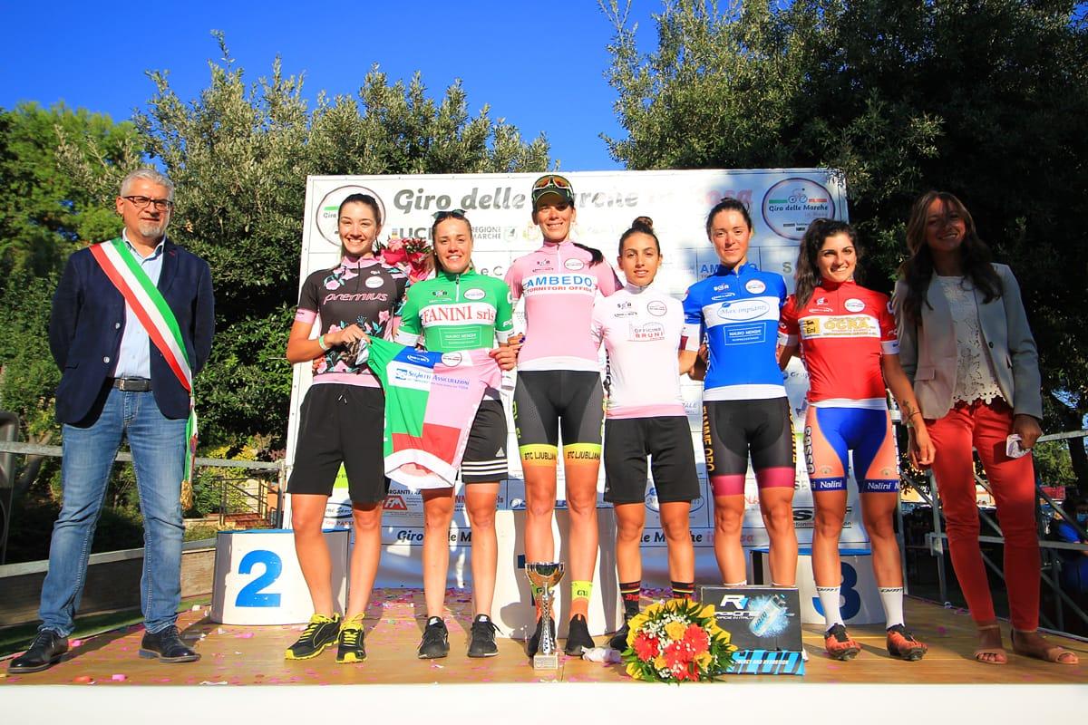 Le maglie del Giro delle Marche in Rosa ad Offida (foto F. Ossola)