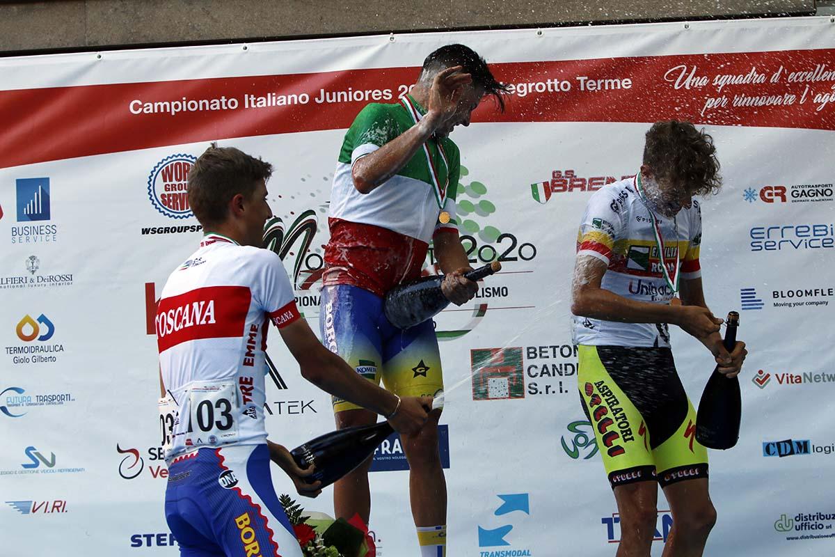 Festa sul podio del Campionato Italiano strada Juniores 2020 (foto Photobicicailotto)