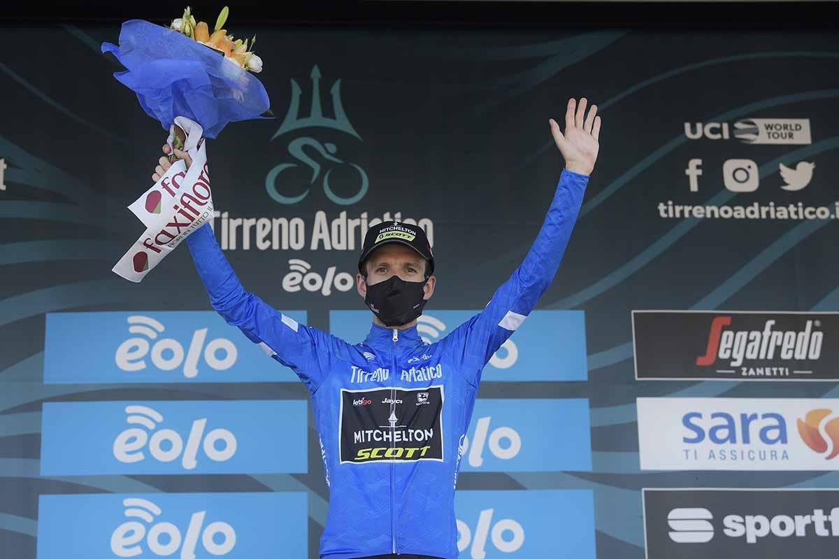 Simon Yates leader della Tirreno-Adriatico 2020 (foto LaPresse)