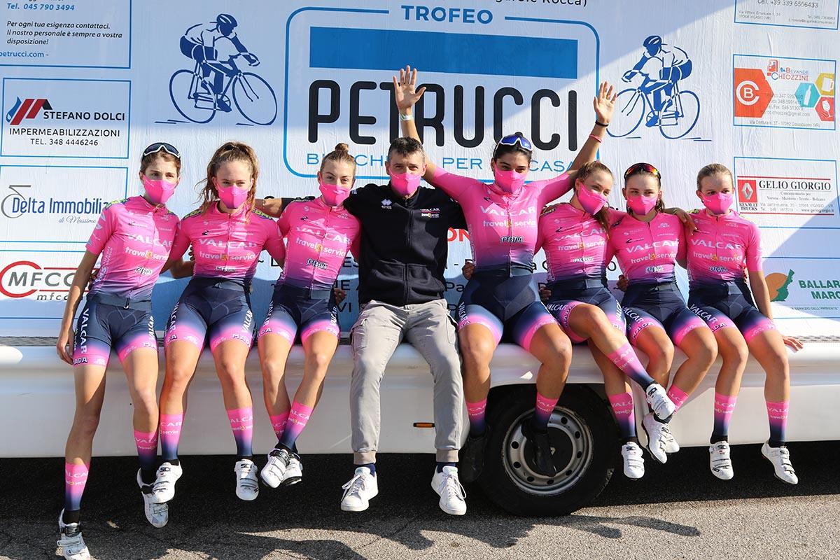 Beatrice Bertolini festeggia con le compagne della Valcar Travel&Service la vittoria nel Trofeo Petrucci per Donne Allieve a Vigasio (foto Photobicicailotto)