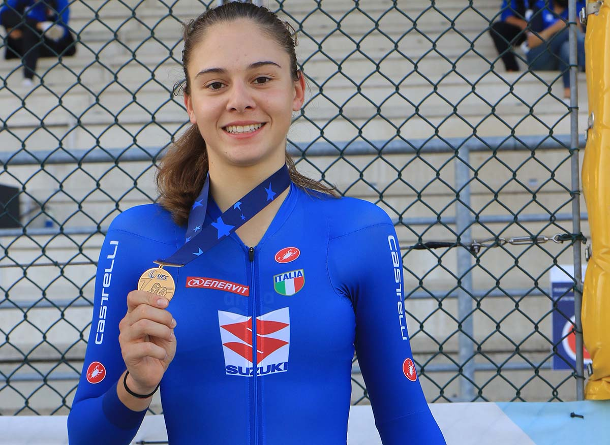 Lara Crestanello festeggia il bronzo nell'Europeo Scratch Donne Junior 2020 (foto Fabiano Ghilardi)