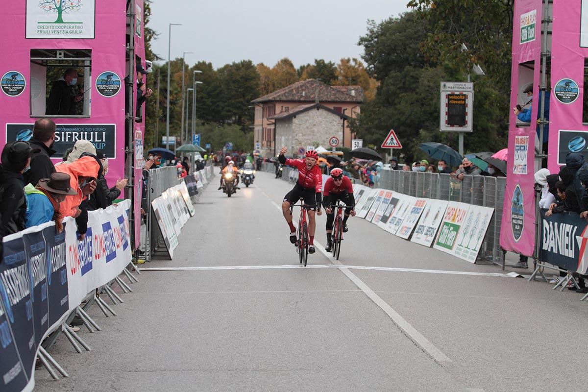 PawelBernasbatte Harry Sweeny sul traguardo della quarta tappa del Giro del Friuli 2020 (foto Bolgan)