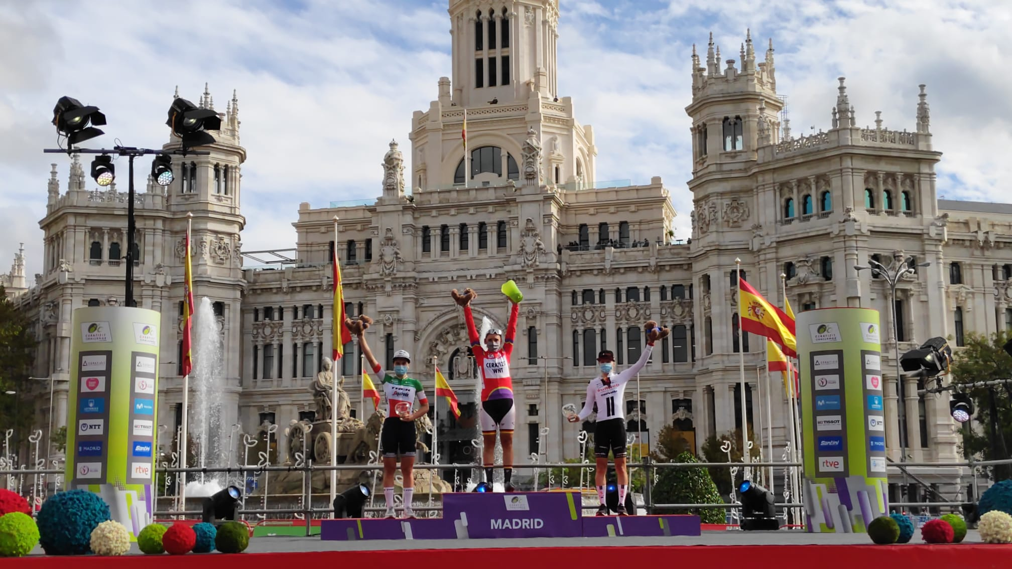 Il podio finale della Madrid Challenge by La Vuelta vinta ancora da Lisa Brennauer (foto Baixauli Studio)