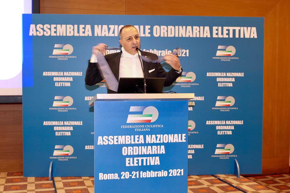 Cordiano Dagnoni si toglie la cravatta durante il primo discorso da presidente FCI (foto Photobicicailotto)