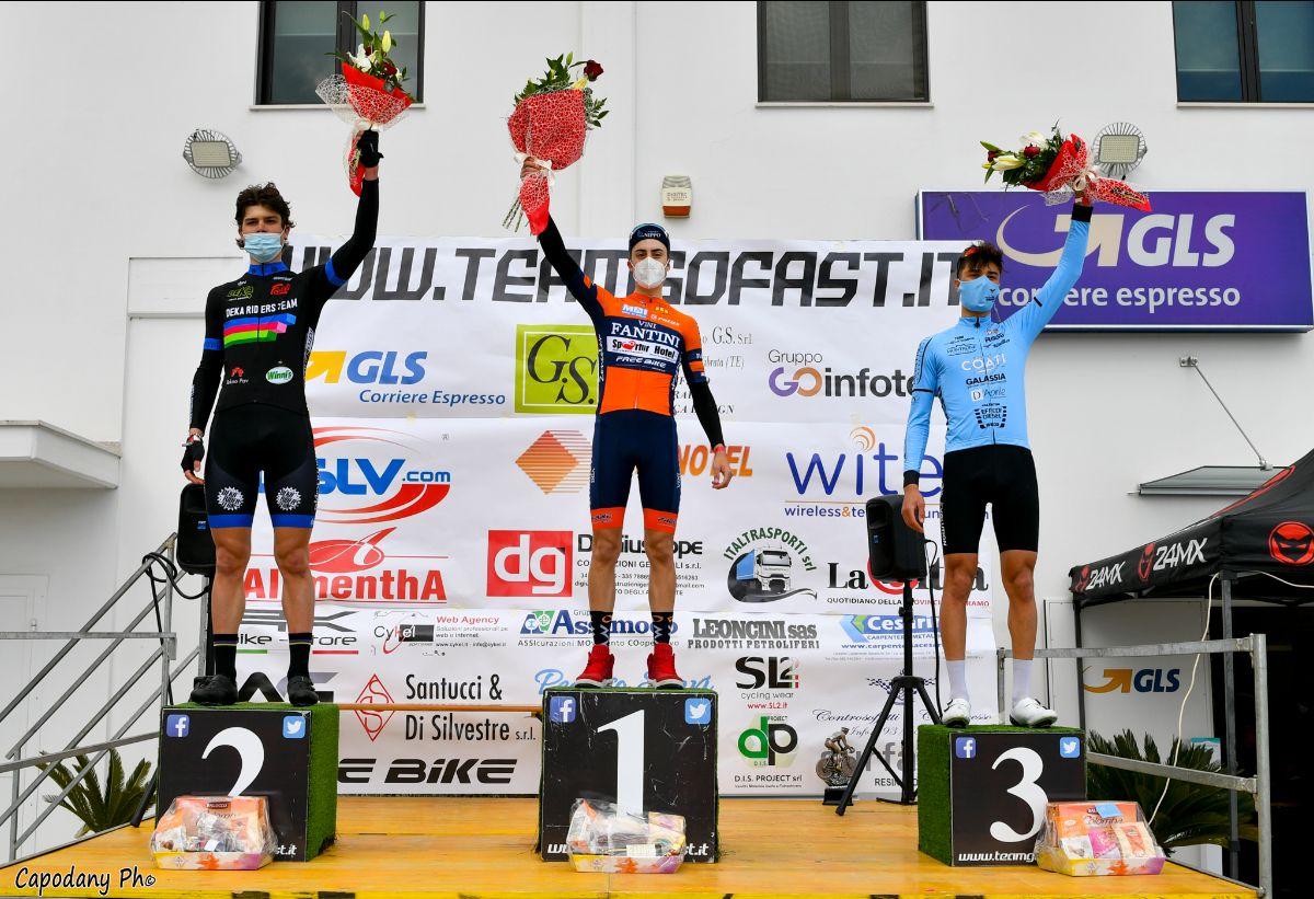 Il podio della gara Juniores di Scerne vinta da Simone Aielli (foto Daniele Capone - CapoDany ph)