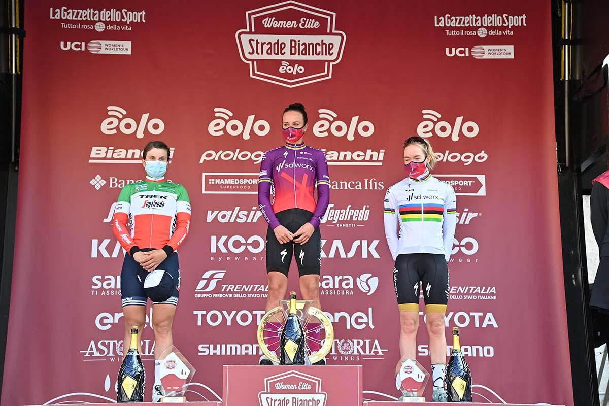 Il podio della Strade Bianche Women Elite 2021 (foto LaPresse)