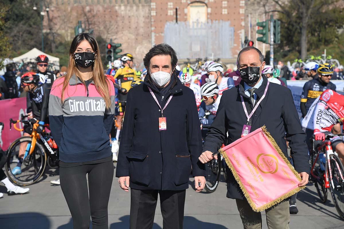 Il presidente di RCS Urbano Cairo e il presidente della FCI Cordiano Dagnoni alla partenza da Milano (foto LaPresse)