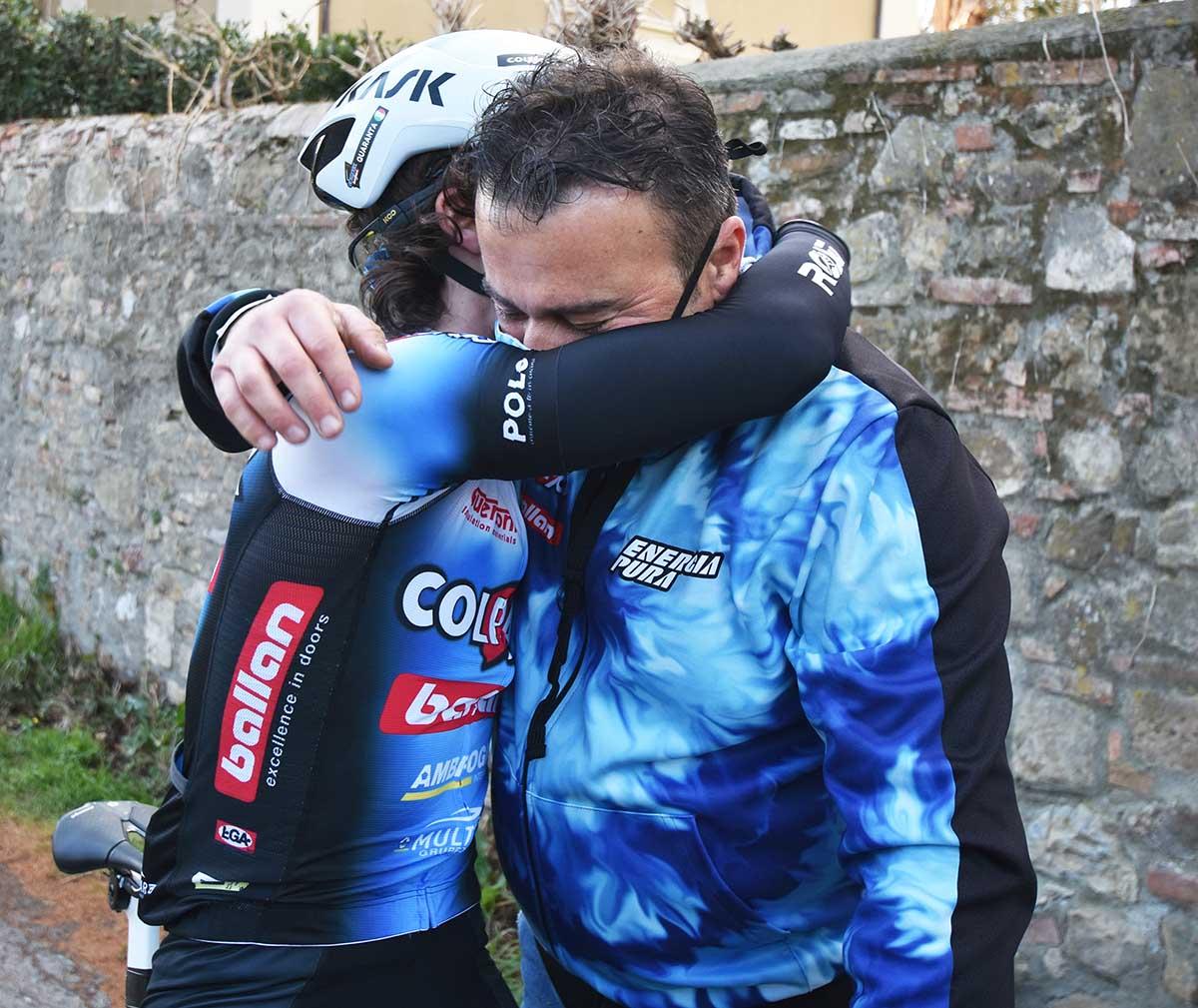 L'abbraccio tra Samuel Quaranta e il papà Ivan dopo la vittoria a Cantagrillo (foto Rodella)