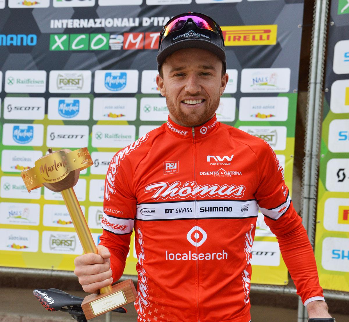 Mathias Flückiger con il trofeo della Marlene Sudtirol Sunshine Race