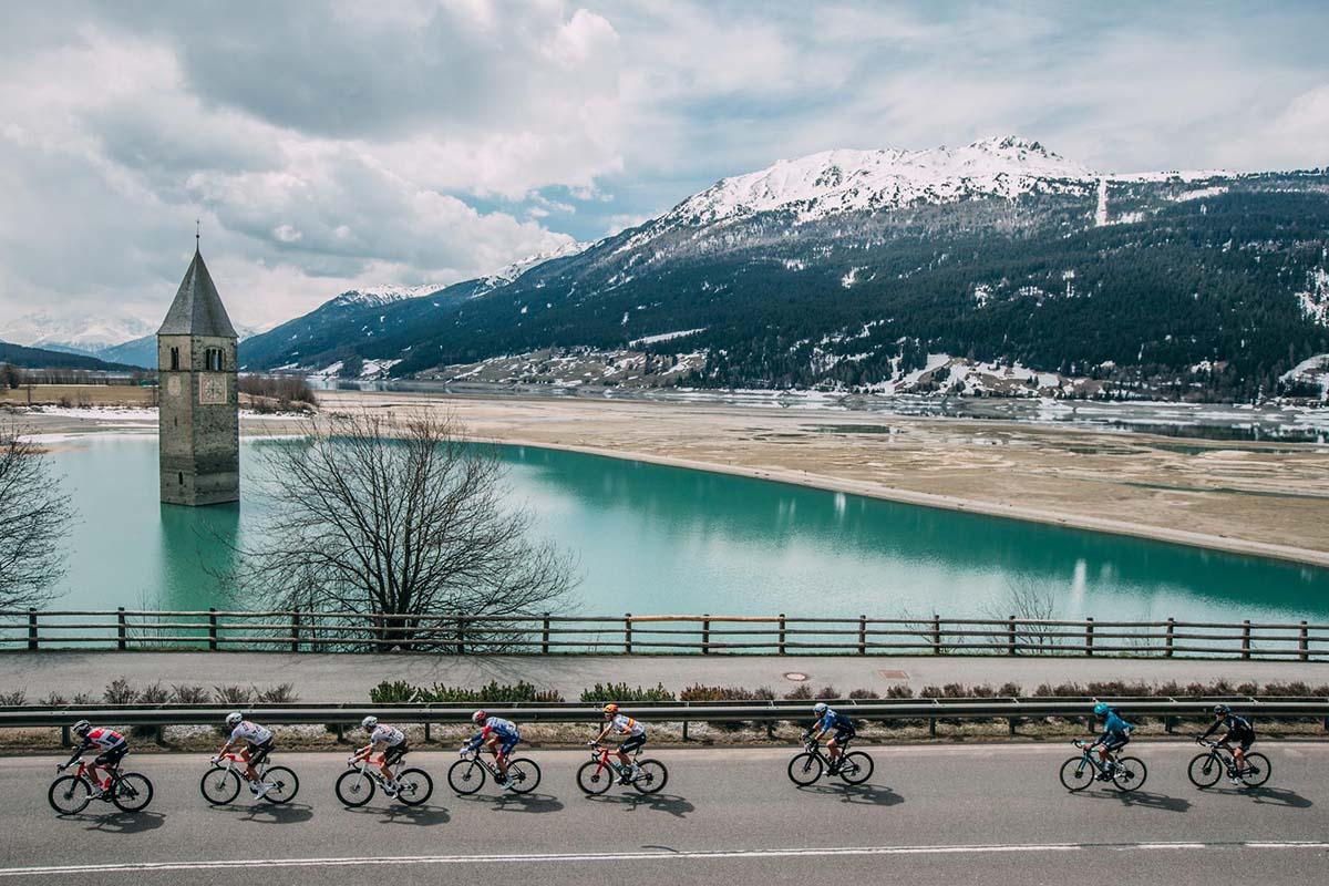 Il suggestivo passaggio del gruppo sul Lago di Resia con il suo campanile (foto Tornanti.cc)