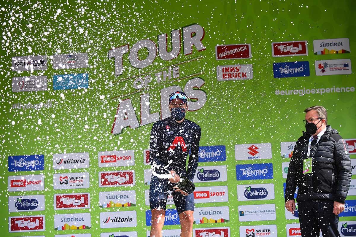 Gianni Moscon festeggia sul podio di Innsbruck dove ha vinto la prima tappa del Tour of the Alps 2021 (foto BettiniPhoto)