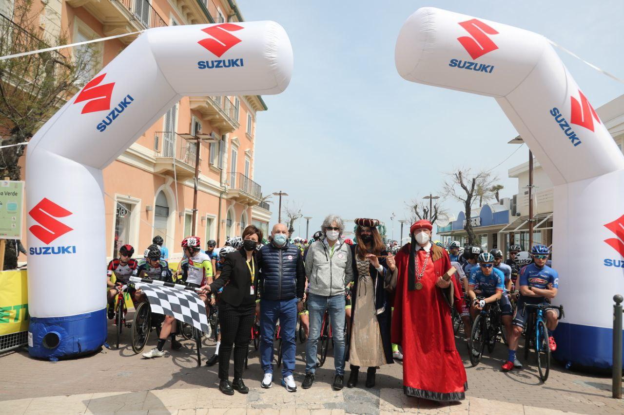 La partenza della prima tappa del Giro di Romagna per Dante Alighieri 2021 (foto Isolapress)