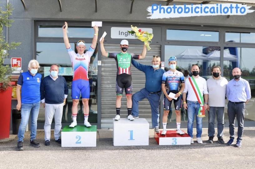 Il podio della gara di Vigasio vinta da Alessio Portello (foto Photobicicailotto)