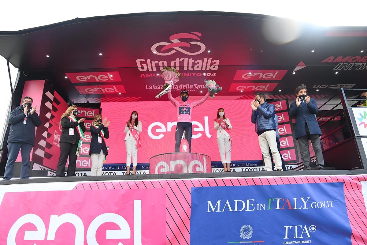 Egan Bernal difende la sua maglia rosa anche Alpe di Motta nella ventesima tappa del Giro d'Italia 2021 (foto LaPresse)