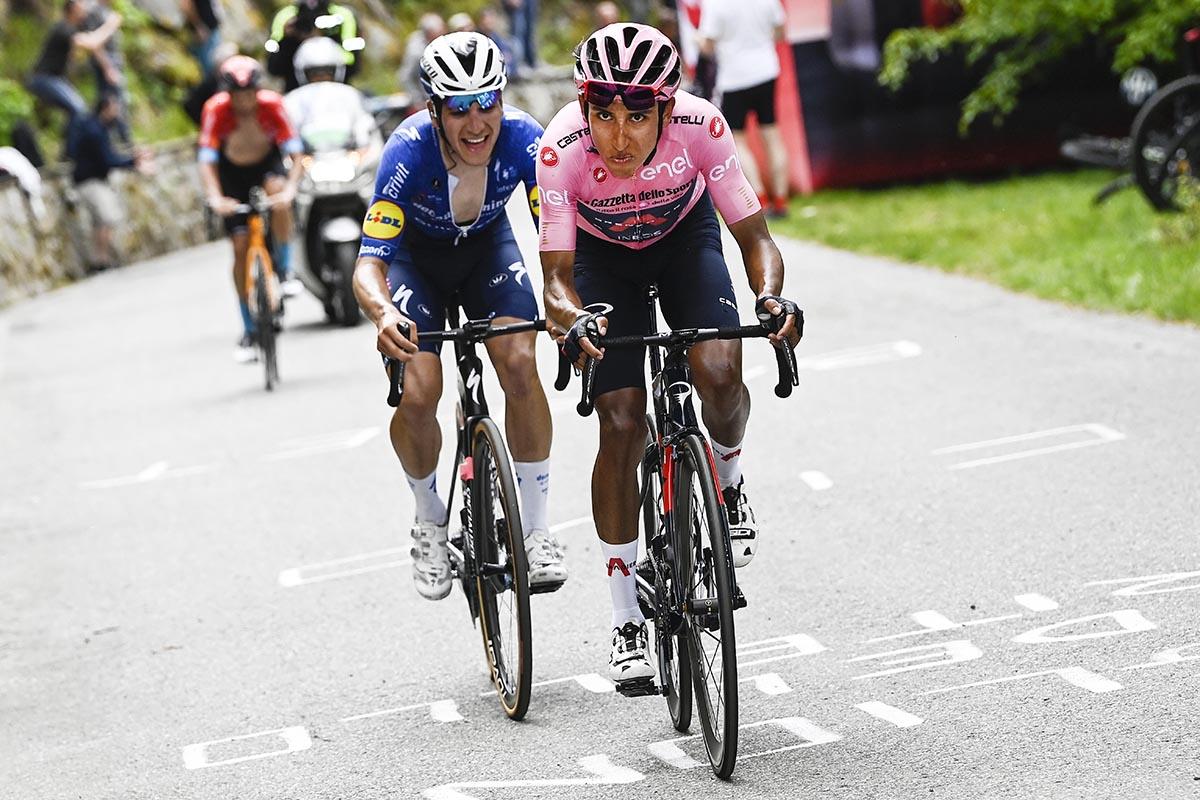 La maglia rosa Egan Bernal e Joao Almeida in azione (foto LaPresse)