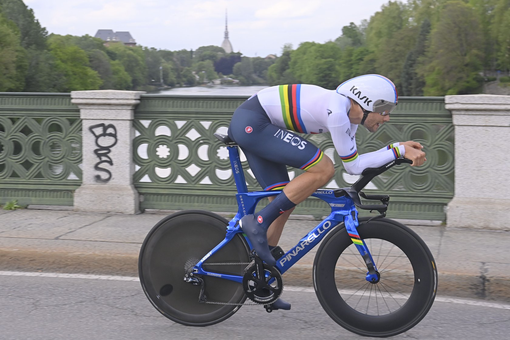 Filippo Ganna vince la prima tappa del Giro d'Italia 2021, la cronometro di Torino (foto LaPresse)