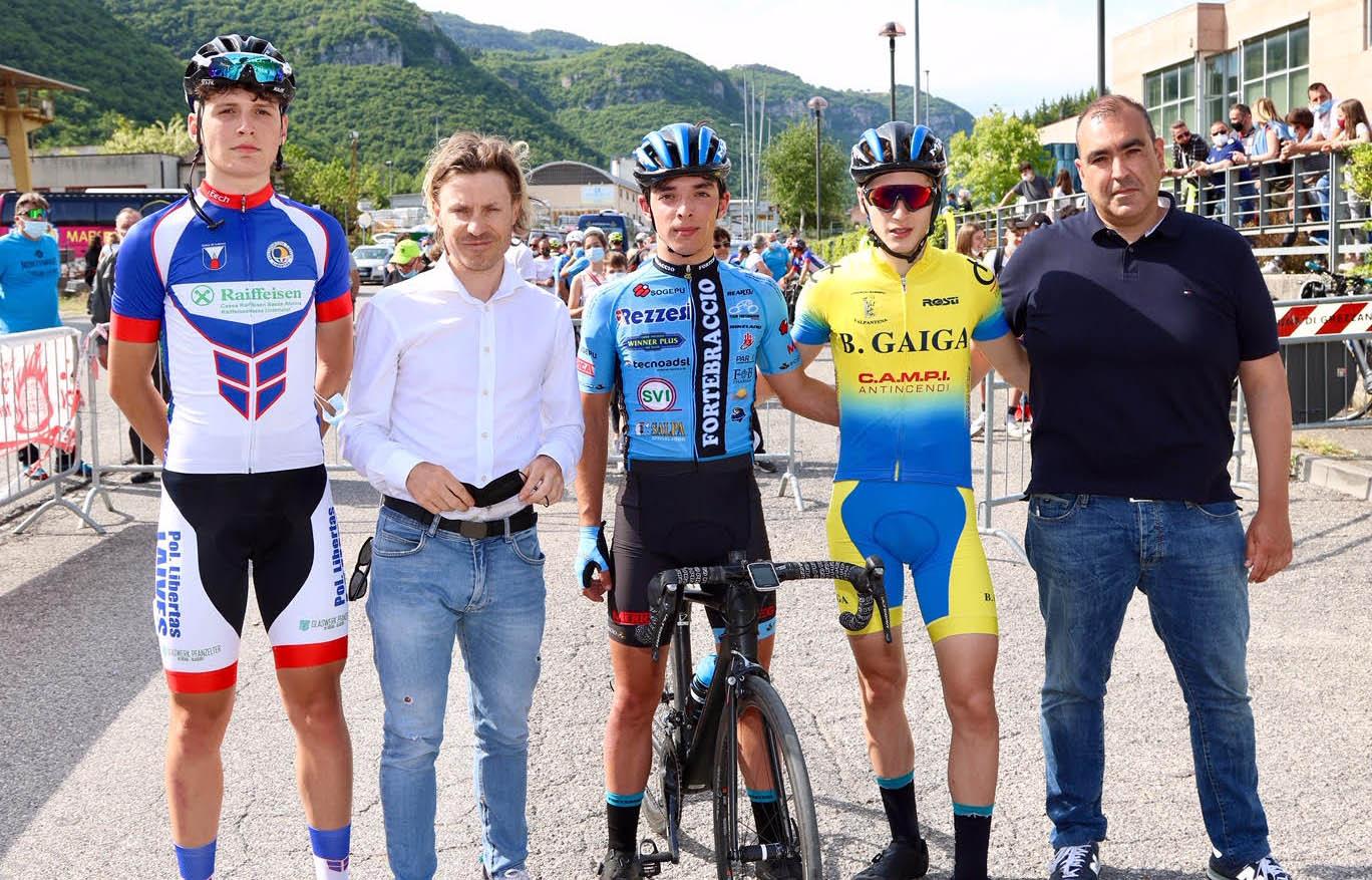 Diego Zoccatelli e Damiano Cunego con i primi tre classificati di Lugo di Grezzana (foto Photobicicailotto)