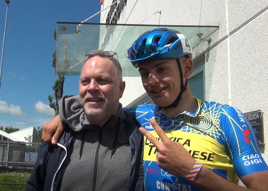 Il presidente della Ciclistica Trevigliese Marco Taddeo festeggia con Alessandro Romele in casa