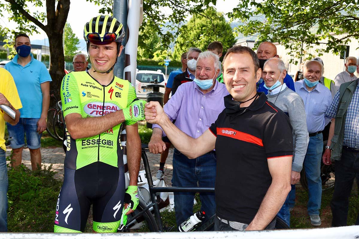 Riccardo Lucca riceve i complimenti di Gilberto Simoni (foto Photobicicailotto)