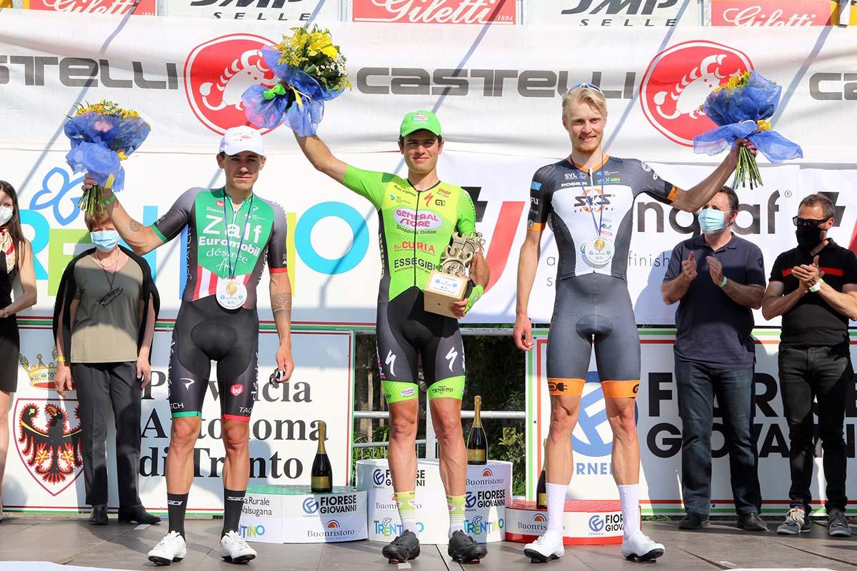 Il podio del Trofeo Alcide De Gasperi 2021 vinto da Riccardo Lucca (foto Photobicicailotto)