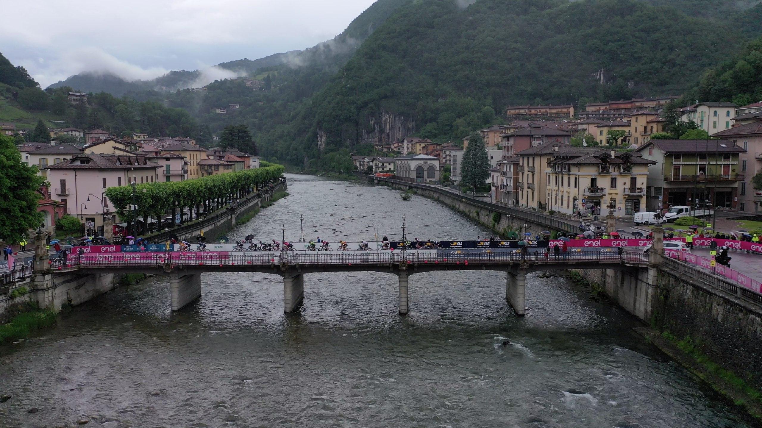 Passaggio del Giro d'Italia Under 23 sul ponte sul fiume Brembo a San Pellegrino Terme (foto IsolaPress)