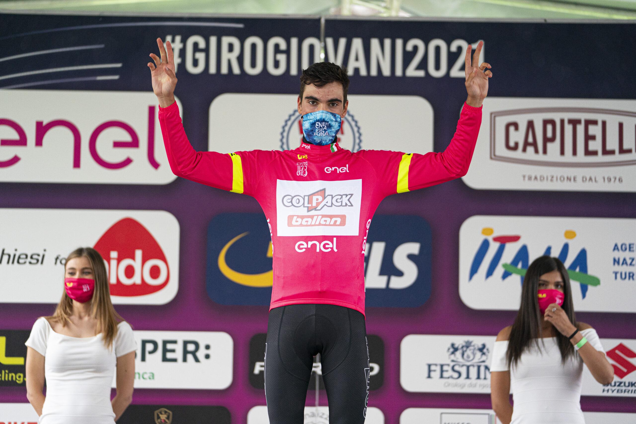 Juan Ayuso maglia rosa dopo la settima tappa del Giro d'Italia Under 23 2021 (foto Isolapress)