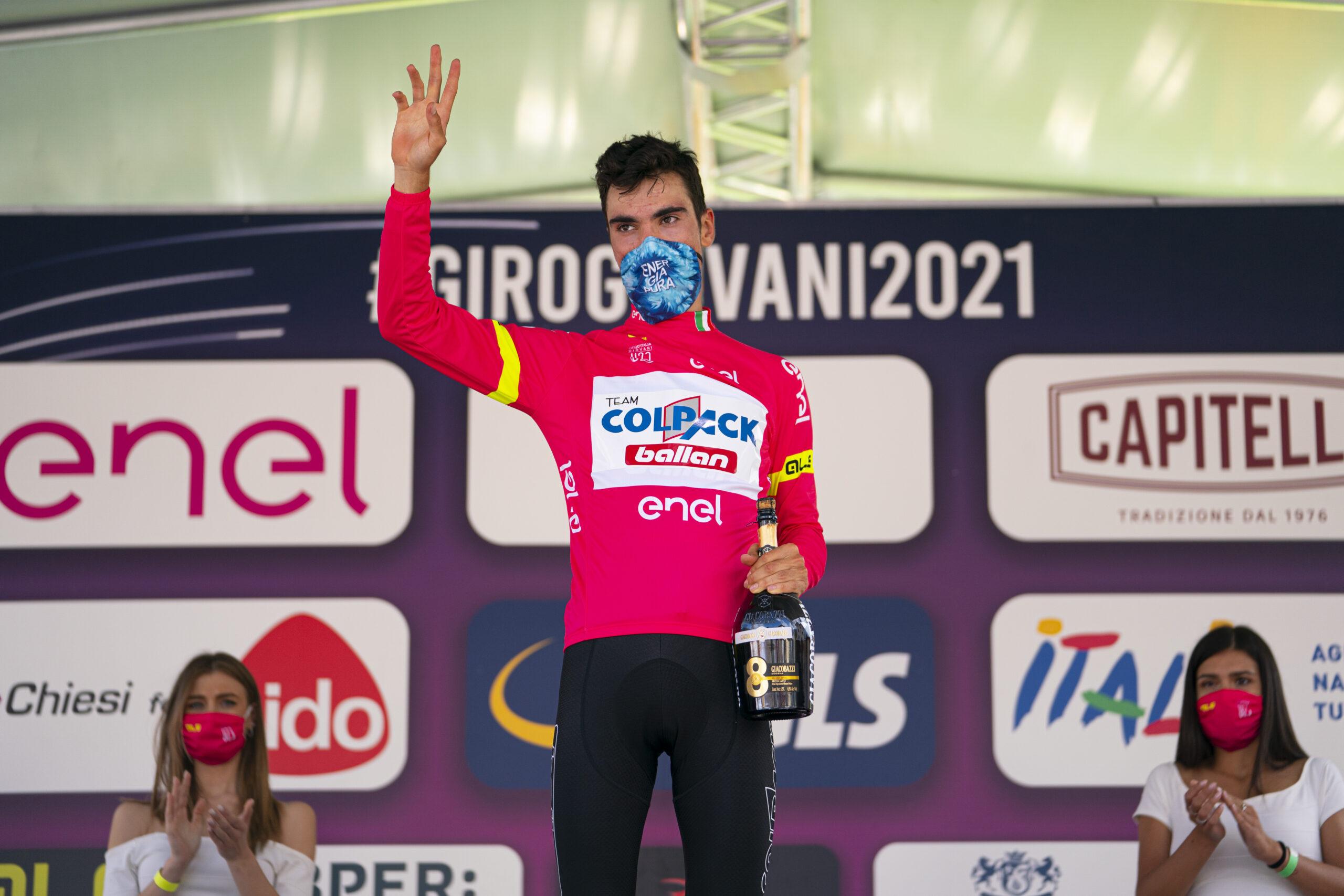 Juan Ayuso maglia rosa dopo l'ottava tappa del Giro d'Italia Under 23 2021 (foto Isolapress)