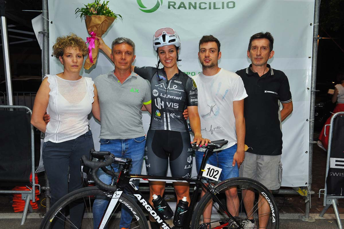 Gli organizzatori del Trofeo Rancilio Ladies con la vincitrice Rachele Barbieri (foto Walter Todaro)