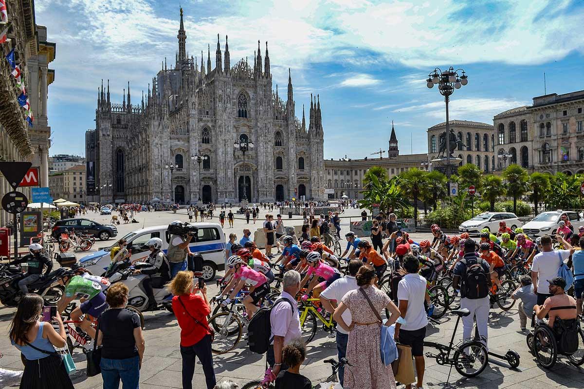 Giro d'Italia Donne 2021, passaggio del gruppo dal Duomo di Milano (foto BettiniPhoto)
