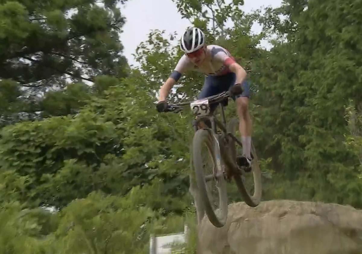 Tom Pidcock in azione all'Olimpiade di Tokyo 2020 nel cross country