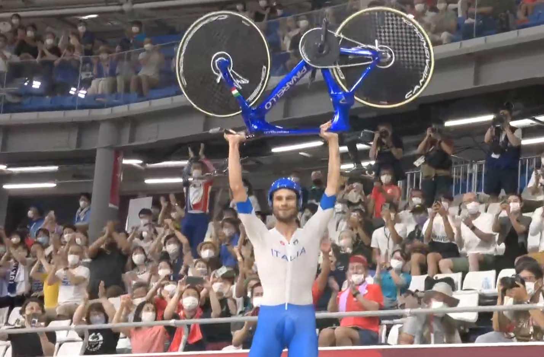Filippo Ganna festeggia dopo la vittoria olimpica