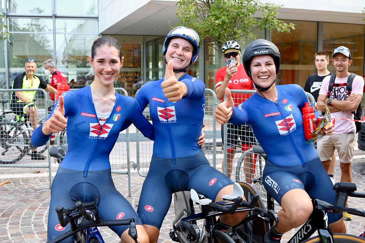 Cavalli, Longo Borghini e Cecchini festeggiano la vittoria all'Europeo Mixed Relay (foto Photobicicailotto)