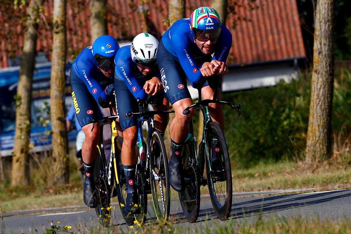 L'Italia maschile in azione al Mixed Relay Mondiale a Fiandre 2021 (foto BettiniPhoto)