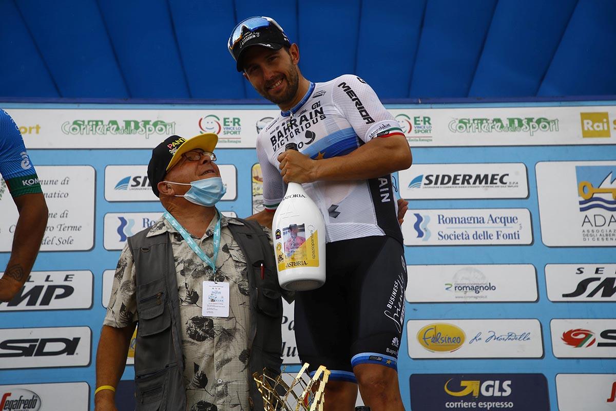 Sonny Colbrelli vincitore del Memorial Marco Pantani 2021 con papà Pantani (foto BettiniPhoto)